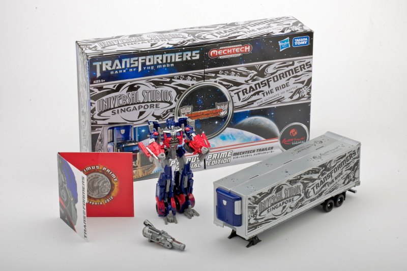 New Images of Cybertroncon Optimus with Trailer Exclusive-cybertronconex1.jpg
