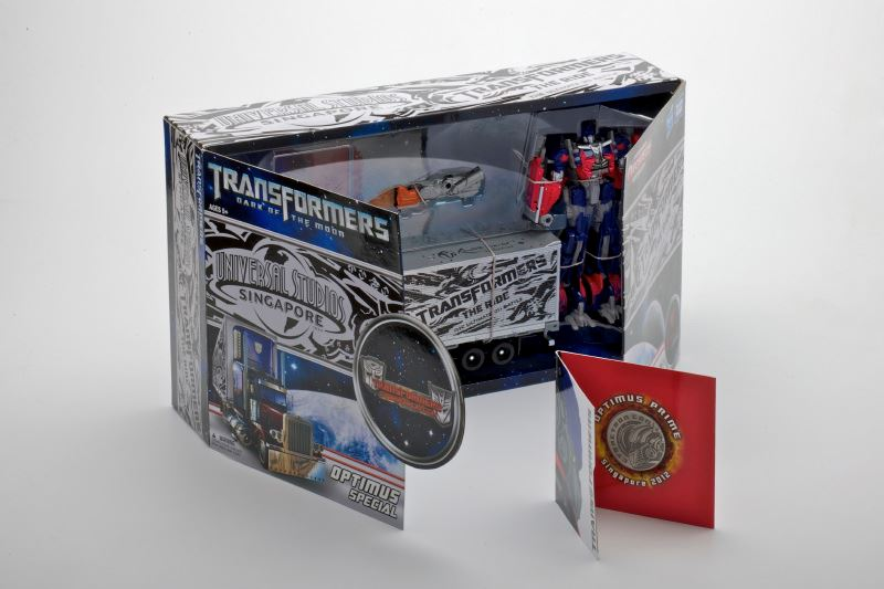 New Images of Cybertroncon Optimus with Trailer Exclusive-cybertronconex3.jpg