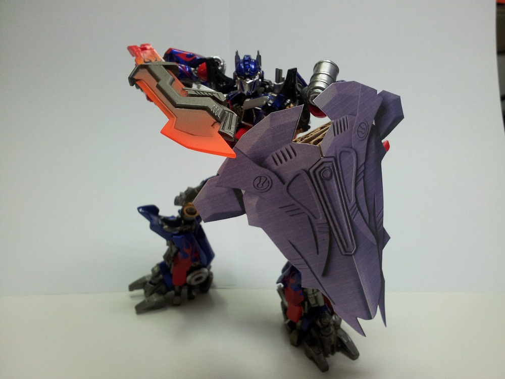 Optimus Trailer/Weapons Cache-shield-10cm-01.jpg