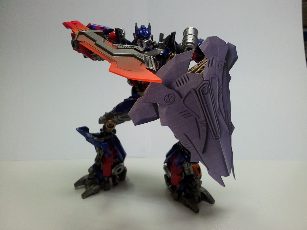 Optimus Trailer/Weapons Cache-shield-10cm-02.jpg