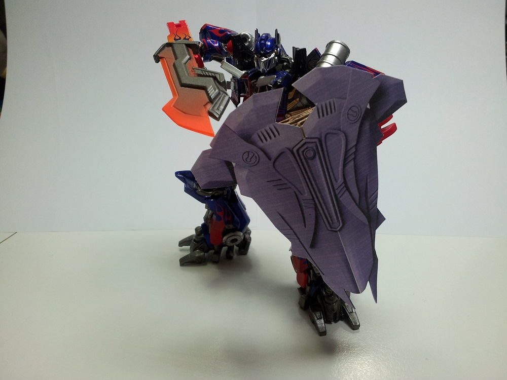Optimus Trailer/Weapons Cache-shield-10cm-03.jpg