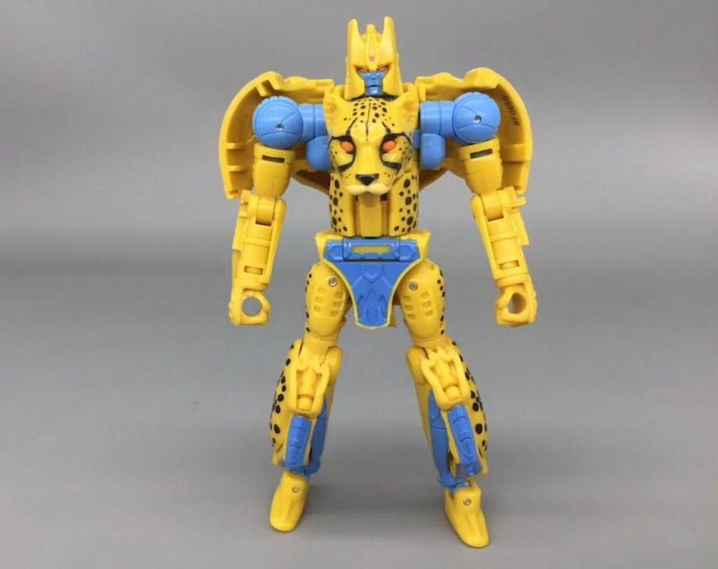 Transformers Kingdom Deluxe Cheetor In-Hand Image (11)__scaled_800.jpg